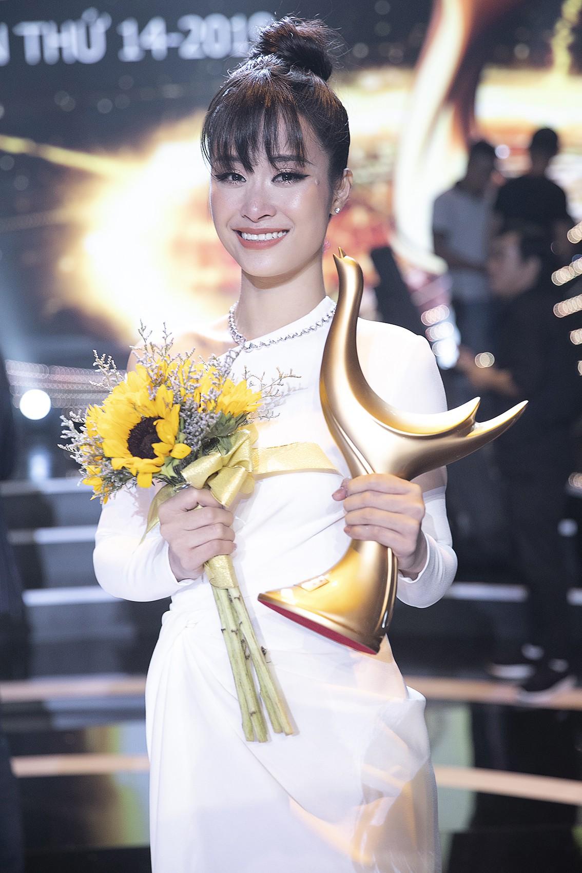 Nhận giải thưởng lớn nhưng hành động của Đông Nhi mới là điều khiến fan tự hào - Ảnh 4.