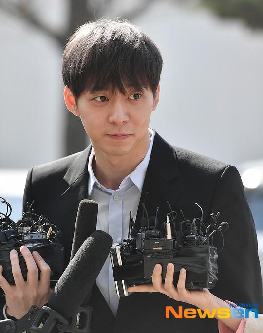 Yoochun chính thức trình diện cảnh sát trước cáo buộc sử dụng ma túy: Gây sốc vì quá tươi tỉnh, liên tục cười mỉm - Ảnh 11.