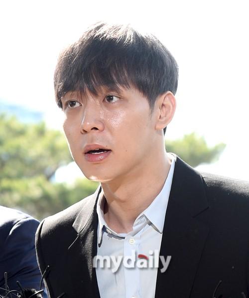 Yoochun chính thức trình diện cảnh sát trước cáo buộc sử dụng ma túy: Gây sốc vì quá tươi tỉnh, liên tục cười mỉm - Ảnh 12.