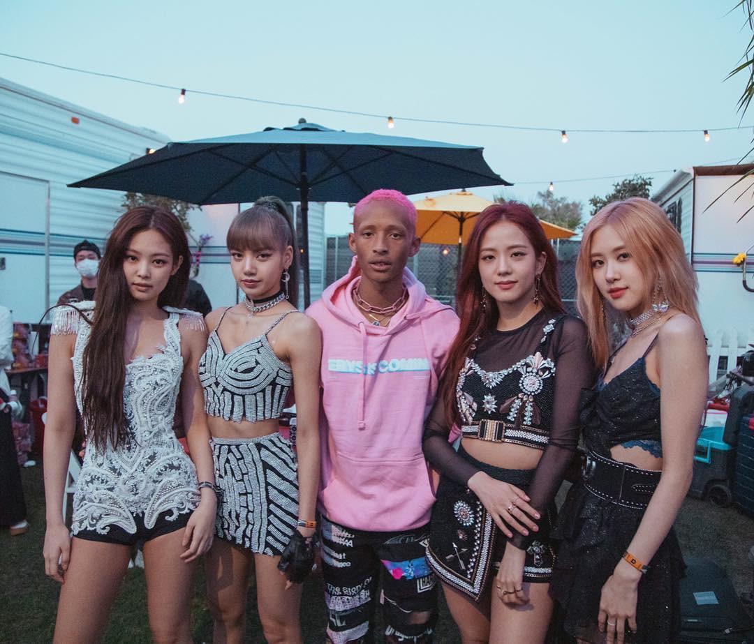 Mạng xã hội đưa tin: Khoảnh khắc Black Pink gặp gỡ 4 cô gái đến từ Hàn Quốc - Ảnh 1.