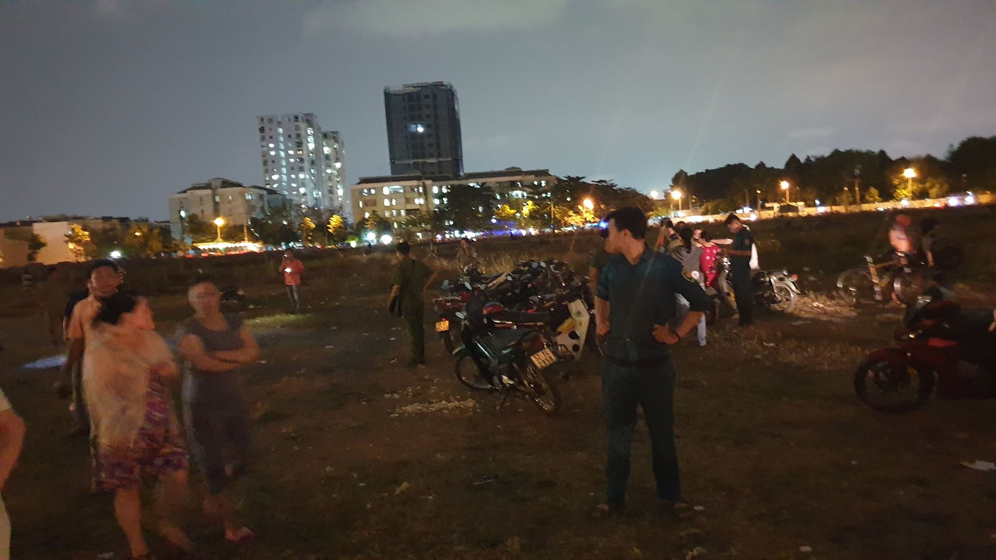The panic discovered a couple of men and women burning like torches after going to an empty land talking in Saigon - Photo 4.