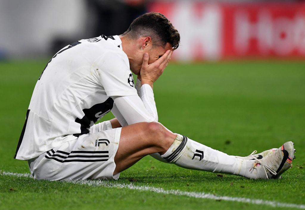 Ám ảnh khoảnh khắc Ronaldo ôm mặt buồn bã đến bất lực: Trong bóng đá, một cánh én đôi khi không thể làm nên được mùa xuân - Ảnh 1.
