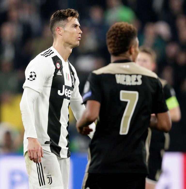 Ám ảnh khoảnh khắc Ronaldo ôm mặt buồn bã đến bất lực: Trong bóng đá, một cánh én đôi khi không thể làm nên được mùa xuân - Ảnh 9.