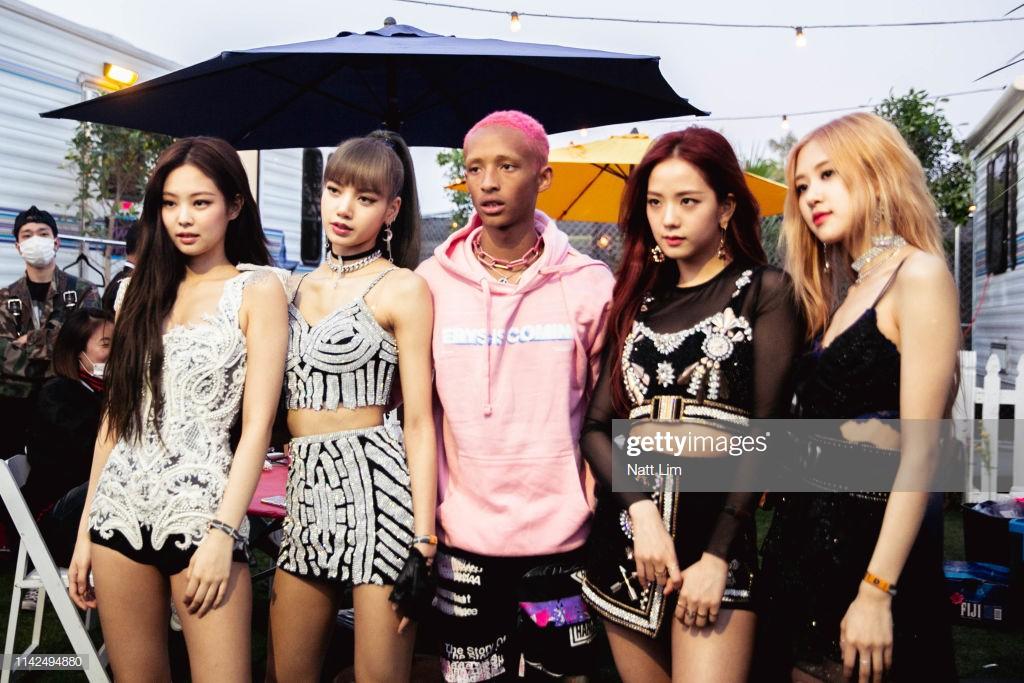 Mạng xã hội đưa tin: Khoảnh khắc Black Pink gặp gỡ 4 cô gái đến từ Hàn Quốc - Ảnh 3.