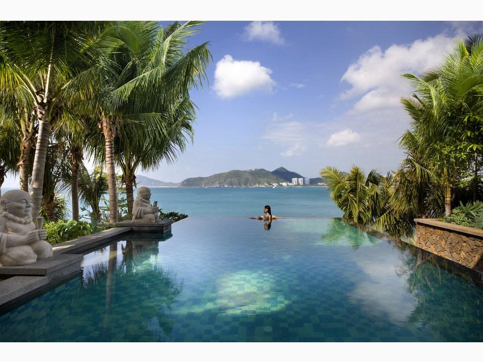 Top bể bơi vô cực đẹp nhất châu Á: Một khách sạn ở Cam Ranh được vinh danh, không thua kém đại diện từ Bali hay Maldives - Ảnh 1.