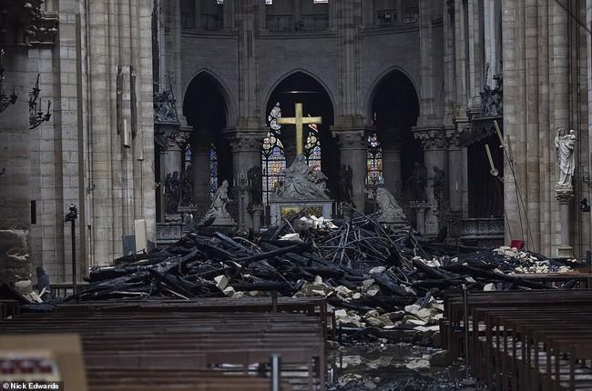 Phát hiện thêm một tuyệt tác của Nhà thờ Đức Bà Paris vẫn gần như còn nguyên vẹn, đứng hiên ngang trước đống tro tàn đổ nát - Ảnh 4.