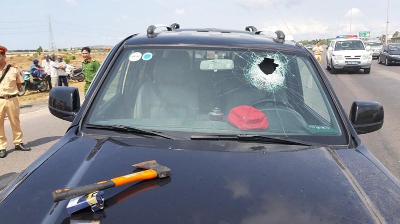 Tài xế dùng rìu chém người, ép ngã 2 cảnh sát giao thông - Ảnh 6.