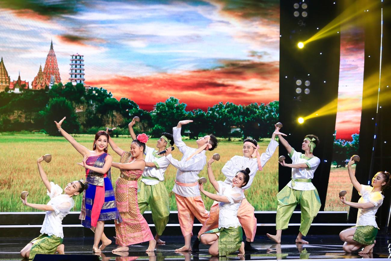 Hòa Minzy khoe giọng live như nuốt đĩa bên 2 học trò nhí - Ảnh 12.