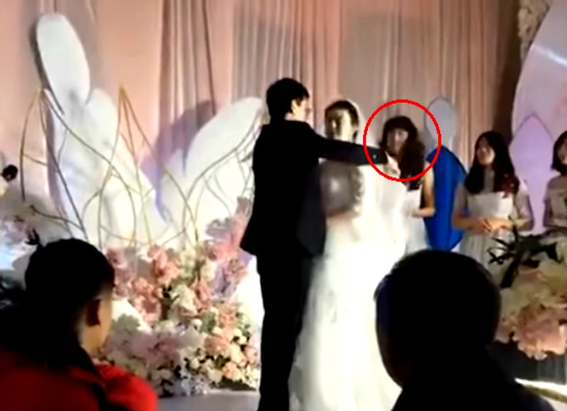 Bạn thân của năm: Một chàng trai hóa phù dâu trong đám cưới của người anh em với nụ cười tỏa nắng suýt làm lu mờ cô dâu chú rể - Ảnh 1.