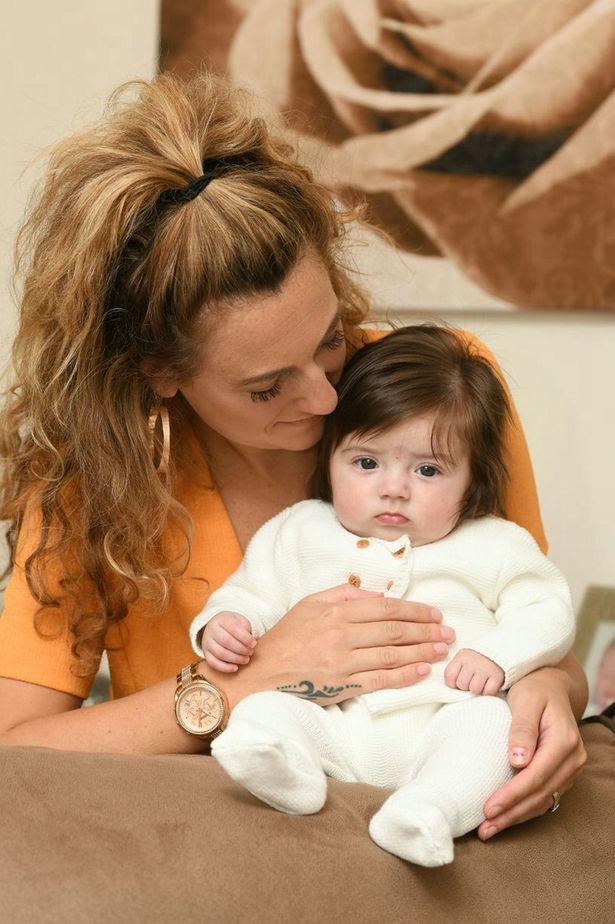 Bé gái bị nhầm là búp bê vì vừa chào đời đã có mái tóc dày bồng bềnh đến khó tin - Ảnh 3.