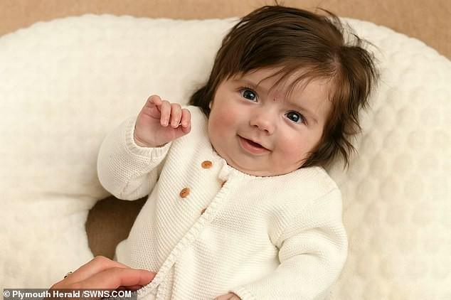Bé gái bị nhầm là búp bê vì vừa chào đời đã có mái tóc dày bồng bềnh đến khó tin - Ảnh 2.