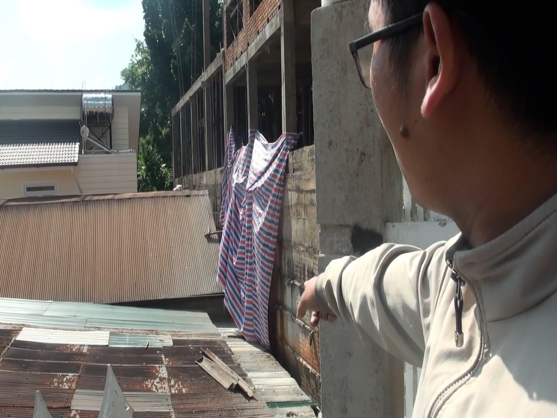 Đà Lạt: Mất ăn mất ngủ vì sống dưới công trình xây dựng không che chắn - Ảnh 3.