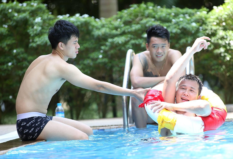 Trời nắng 40 độ cũng không nóng bằng dàn trai đẹp của Hà Nội FC khoe body bên bể bơi như thế này - Ảnh 4.