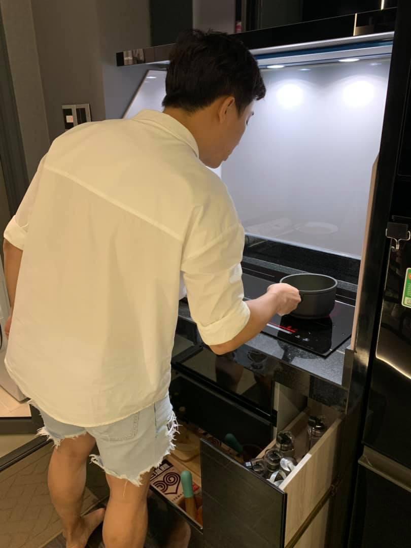 Đi diễn về khuya, Hari Won được Trấn Thành xuống bếp nấu ăn, chăm sóc từng ly từng tí đúng chuẩn ông chồng kiểu mẫu - Ảnh 1.