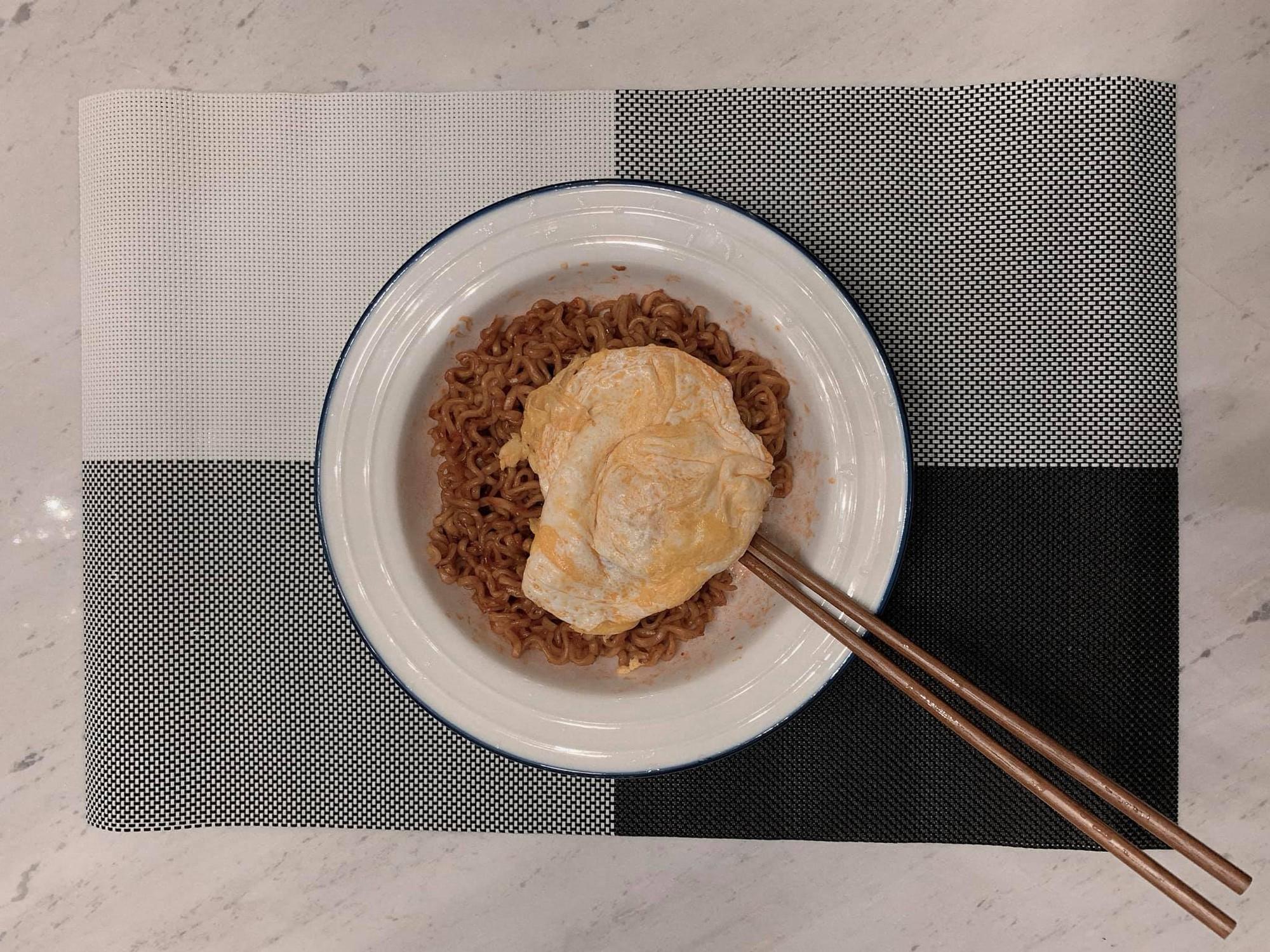 Đi diễn về khuya, Hari Won được Trấn Thành xuống bếp nấu ăn, chăm sóc từng ly từng tí đúng chuẩn ông chồng kiểu mẫu - Ảnh 2.