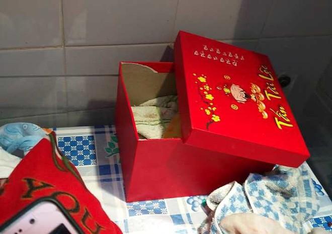 Nghệ An: Phát hiện bé gái 1,3kg bị bỏ trong hộp giấy trước cổng nhà - Ảnh 2.