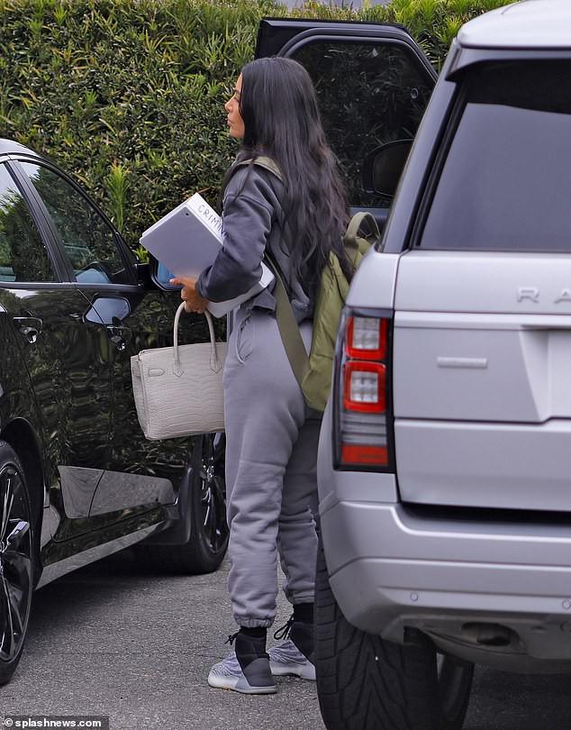 Sinh viên trường Luật U40 Kim Kardashian: tưởng khiêm tốn nhưng vẫn đi thi bằng siêu xe, không quên cắp túi 2 tỉ bên người - Ảnh 2.