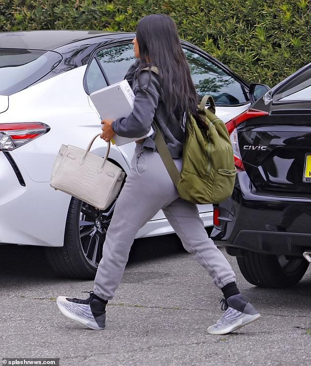 Sinh viên trường Luật U40 Kim Kardashian: tưởng khiêm tốn nhưng vẫn đi thi bằng siêu xe, không quên cắp túi 2 tỉ bên người - Ảnh 3.