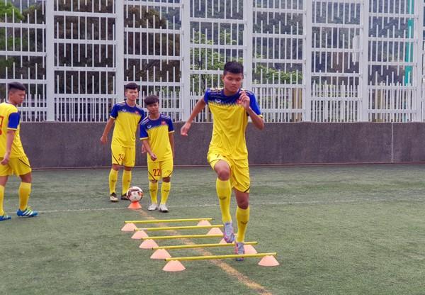 HLV Hoàng Anh Tuấn tranh thủ giờ nghỉ trưa bàn kế sách cho U18 Việt Nam trước ngày ra mắt - Ảnh 1.