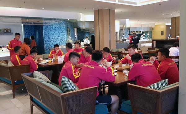 HLV Hoàng Anh Tuấn tranh thủ giờ nghỉ trưa bàn kế sách cho U18 Việt Nam trước ngày ra mắt - Ảnh 3.