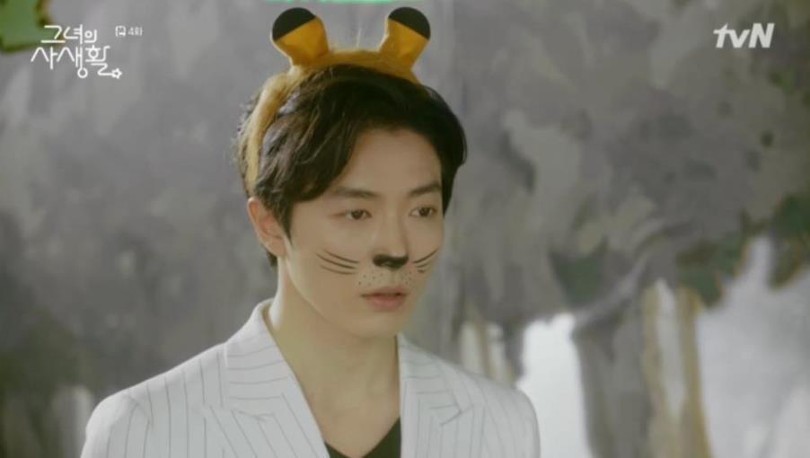 Sướng như Park Min Young, có chủ tịch mặt ngầu đeo tai thỏ làm người tình bình phong trong Her Private Life - Ảnh 1.