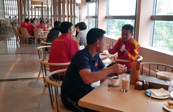 HLV Hoàng Anh Tuấn tranh thủ giờ nghỉ trưa bàn kế sách cho U18 Việt Nam trước ngày ra mắt - Ảnh 4.