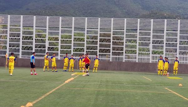 HLV Hoàng Anh Tuấn tranh thủ giờ nghỉ trưa bàn kế sách cho U18 Việt Nam trước ngày ra mắt - Ảnh 8.