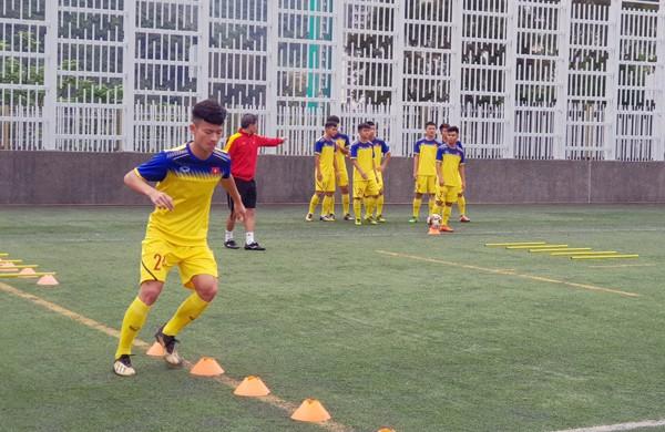 HLV Hoàng Anh Tuấn tranh thủ giờ nghỉ trưa bàn kế sách cho U18 Việt Nam trước ngày ra mắt - Ảnh 5.