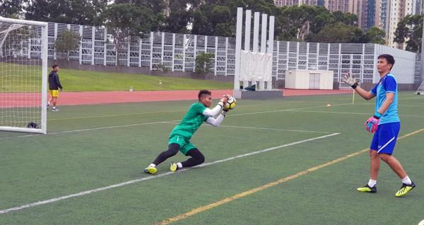 HLV Hoàng Anh Tuấn tranh thủ giờ nghỉ trưa bàn kế sách cho U18 Việt Nam trước ngày ra mắt - Ảnh 6.