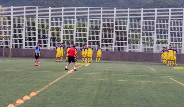 HLV Hoàng Anh Tuấn tranh thủ giờ nghỉ trưa bàn kế sách cho U18 Việt Nam trước ngày ra mắt - Ảnh 7.