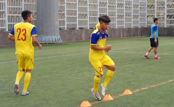 HLV Hoàng Anh Tuấn tranh thủ giờ nghỉ trưa bàn kế sách cho U18 Việt Nam trước ngày ra mắt - Ảnh 2.