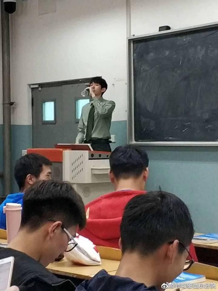 Bị chụp lén, giảng viên vẫn điển trai và ngời ngời phong độ bất chấp cam thường - Ảnh 5.