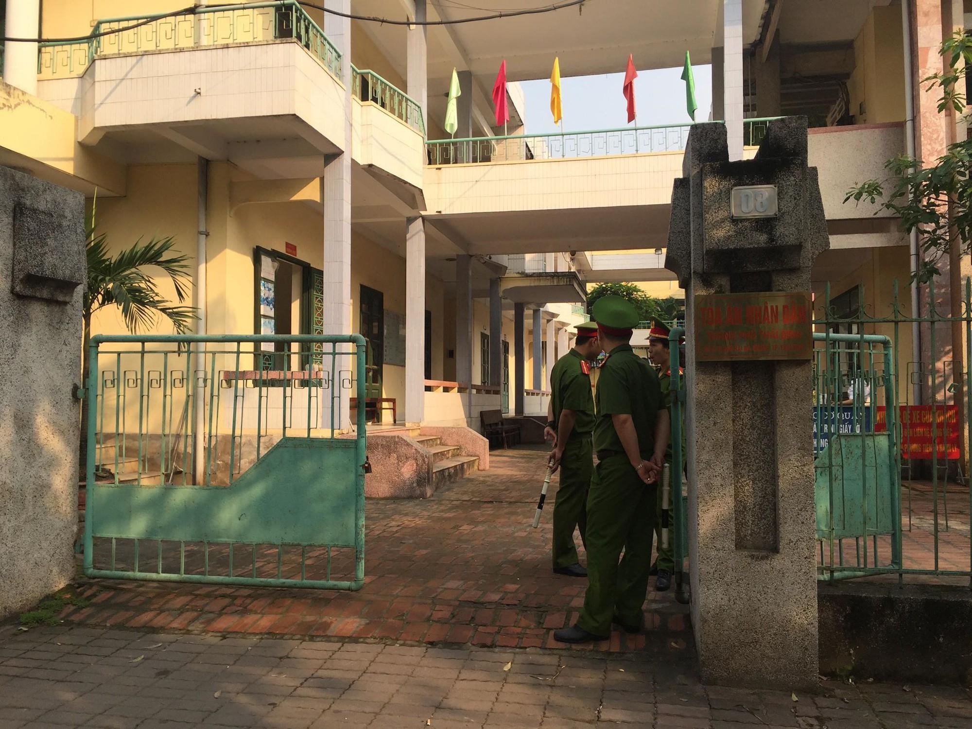 Đang xét xử cựu Thượng tá công an dâm ô nữ sinh 14 tuổi gây rúng động ở Thái Bình - Ảnh 1.