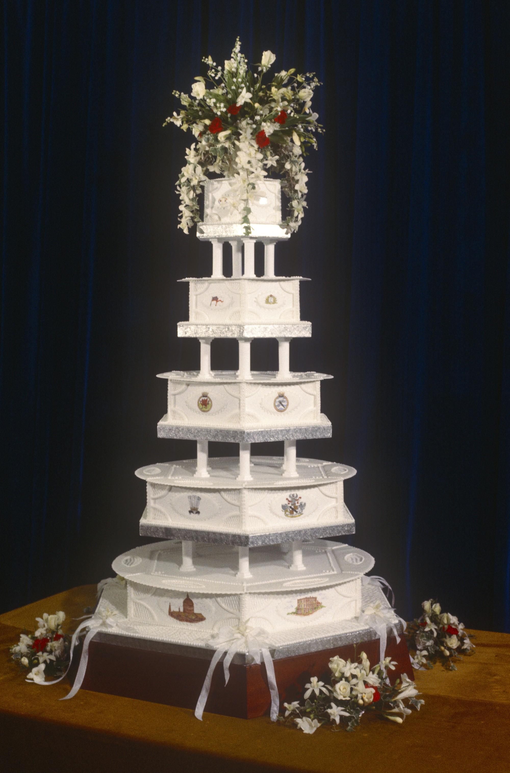 Xa hoa bánh cưới hoàng gia Anh qua từng thời kì, có chiếc lấy cảm hứng từ nhà thờ Notre-Dame - Ảnh 5.