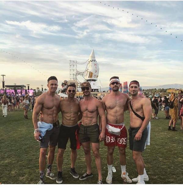 Cựu nghị sĩ Mỹ từng phản đối đồng tính bị bắt gặp đang hôn trai lạ tại nhạc hội Coachella - Ảnh 3.
