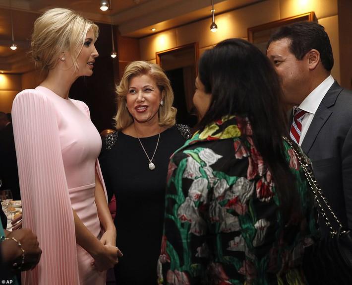 Đụng váy bất phân thắng bại với Miranda Kerr, khó mà tin Ivanka Trump đã là mẹ 3 con với body đẹp đỉnh cao - Ảnh 1.
