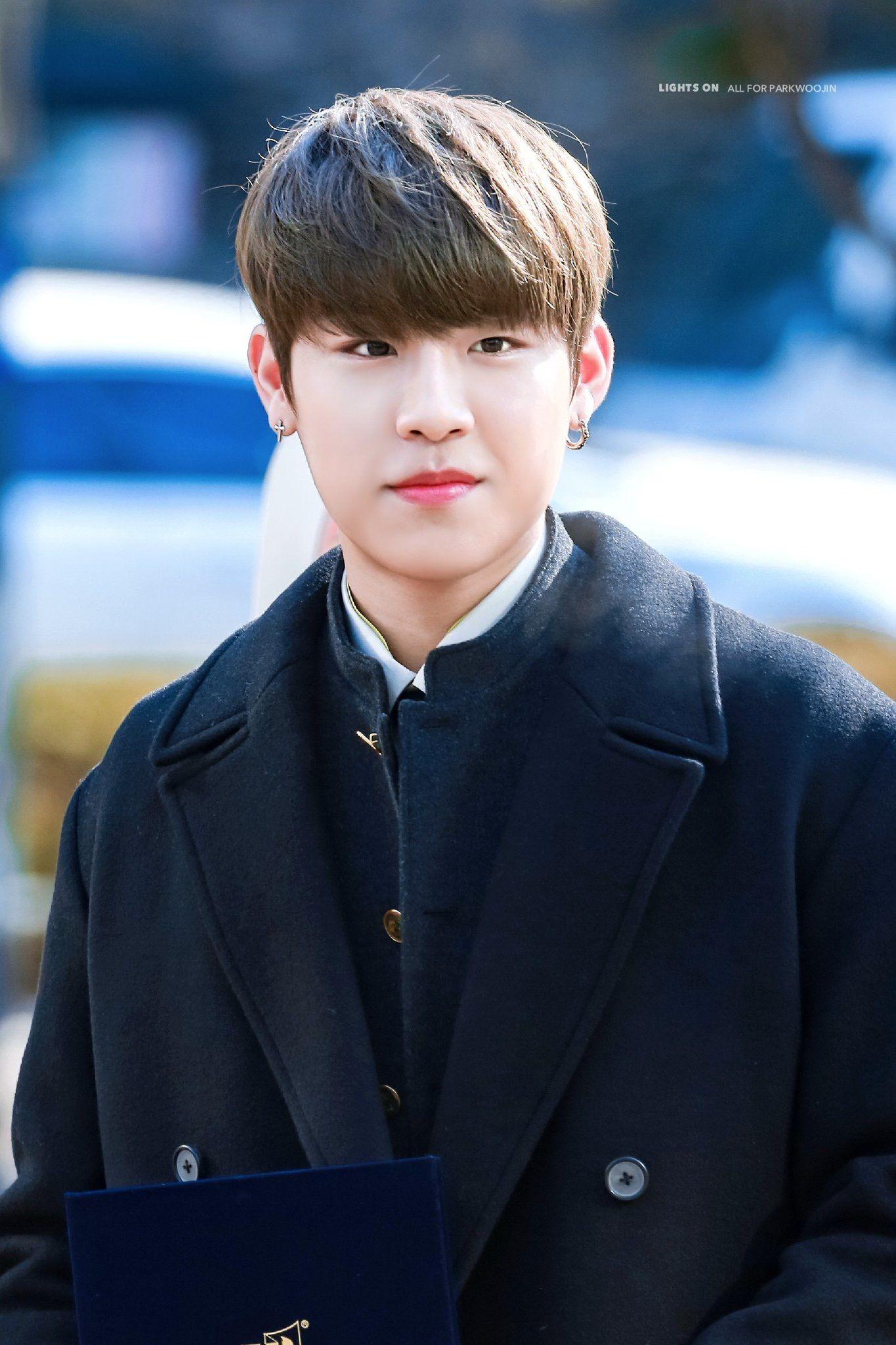 Netizen vừa thương vừa buồn cười với cách cựu thành viên Wanna One chạy trốn fan cuồng