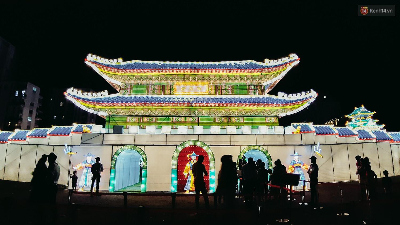 Người dân ùn ùn kéo đến check in tại lễ hội ánh sáng lần đầu tiên xuất hiện ở Sài Gòn - Ảnh 2.