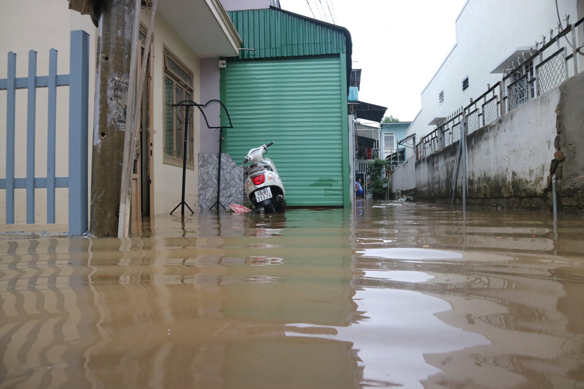 Đà Lạt mưa lớn kéo dài, nhiều nơi ngập nặng, người dân cuống cuồng lội nước - Ảnh 3.