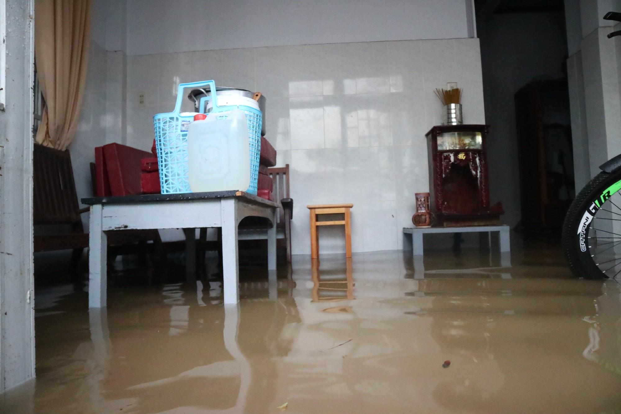 Đà Lạt mưa lớn kéo dài, nhiều nơi ngập nặng, người dân cuống cuồng lội nước - Ảnh 4.