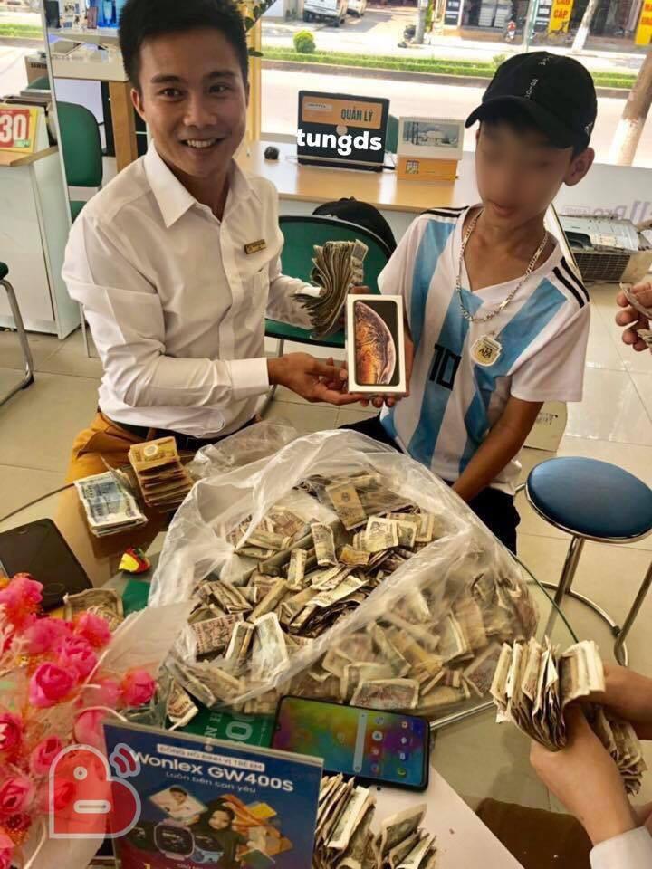 Cậu bé 16 tuổi mang 25 triệu tiền tiết kiệm ăn sáng suốt từ năm lớp 7 đi mua iPhone XS, nhiều dân mạng bày tỏ hoài nghi - Ảnh 2.