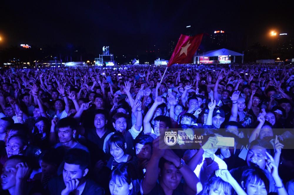 Sơn Tùng M-TP hát liền 4 bản hit đình đám, cùng ông hoàng nhạc Trance DJ Armin Van Buuren khuấy động hàng ngàn khán giả Hà thành - Ảnh 7.