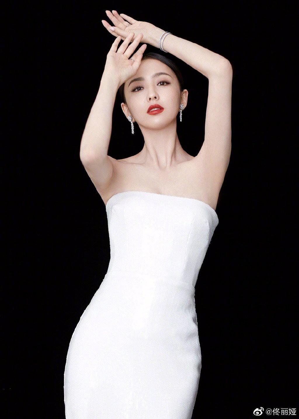 Bế mạc LHP Bắc Kinh: Bạn gái Luhan hoá công chúa yêu kiều, Đồng Lệ Á gây bão dù không đi thảm đỏ - Ảnh 6.