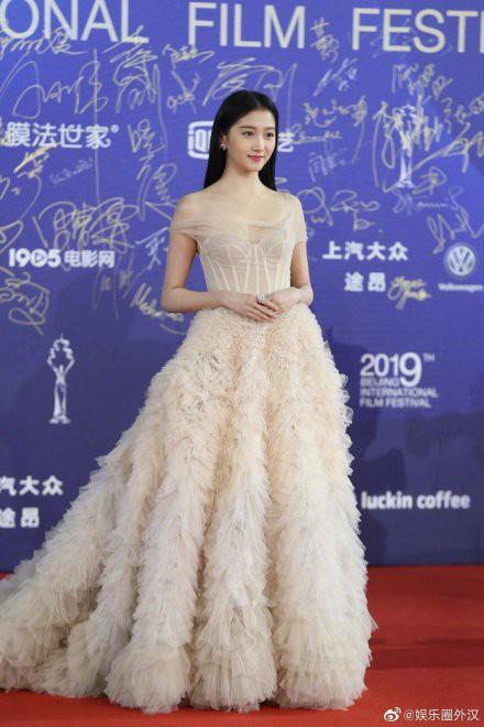Quan Hiểu Đồng chặt đẹp thảm đỏ LHP Bắc Kinh bằng vẻ tinh khôi tựa tiên tử - Ảnh 4.