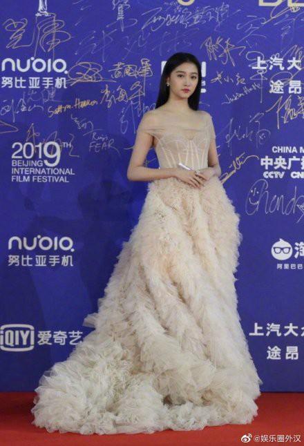 Quan Hiểu Đồng chặt đẹp thảm đỏ LHP Bắc Kinh bằng vẻ tinh khôi tựa tiên tử - Ảnh 6.