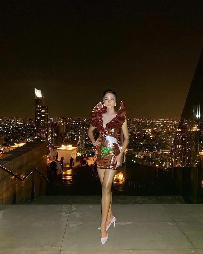 Áp dụng chiêu cũ tại Miss Universe, HHen Niê trội bật hơn hẳn Tiểu Vy trong một khung hình - Ảnh 3.