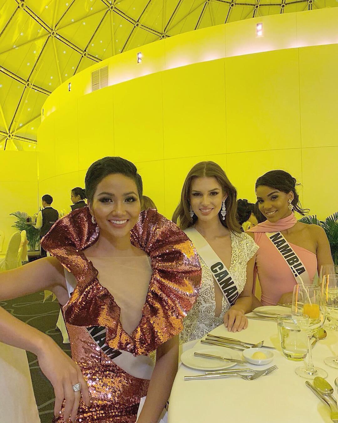 Áp dụng chiêu cũ tại Miss Universe, HHen Niê trội bật hơn hẳn Tiểu Vy trong một khung hình - Ảnh 4.