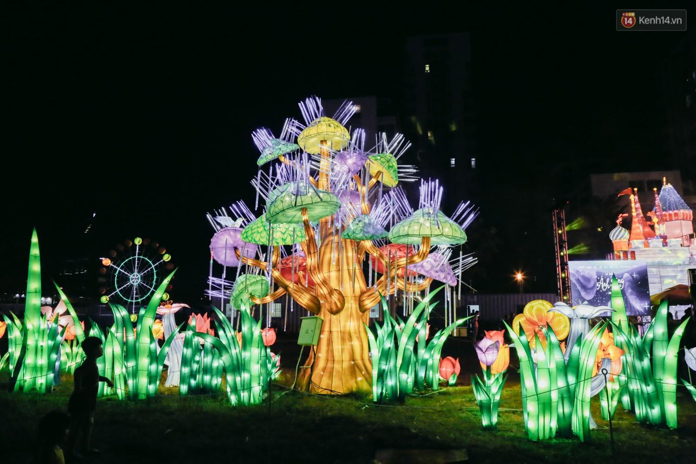 Người dân ùn ùn kéo đến check in tại lễ hội ánh sáng lần đầu tiên xuất hiện ở Sài Gòn - Ảnh 11.
