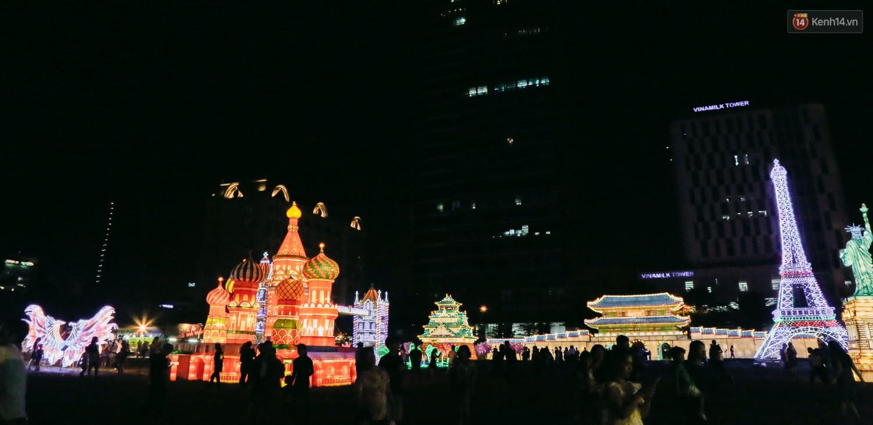 Người dân ùn ùn kéo đến check in tại lễ hội ánh sáng lần đầu tiên xuất hiện ở Sài Gòn - Ảnh 4.