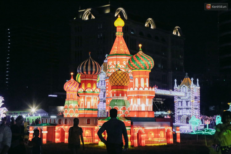 Người dân ùn ùn kéo đến check in tại lễ hội ánh sáng lần đầu tiên xuất hiện ở Sài Gòn - Ảnh 7.